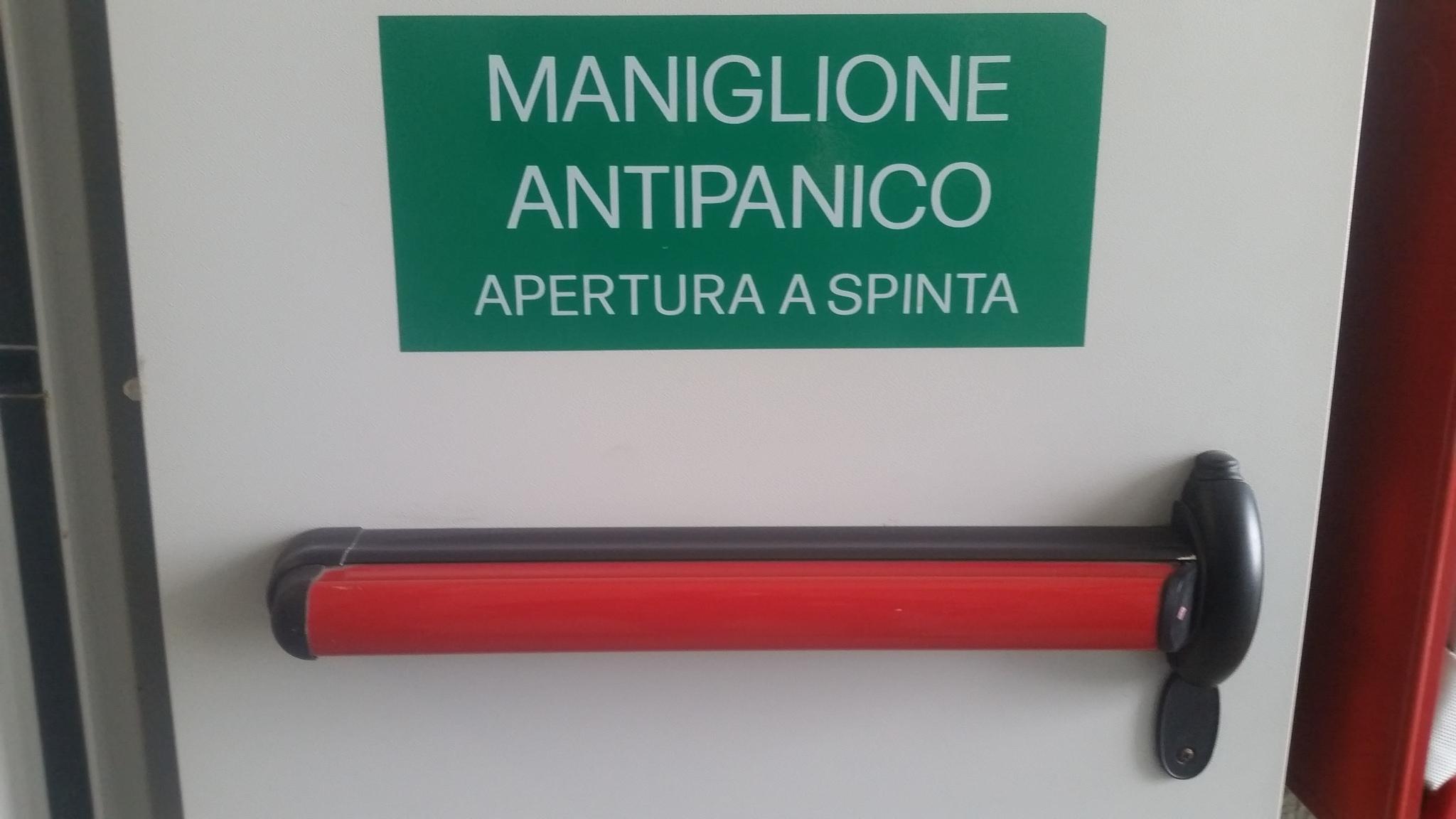 Maniglioni antipanico per essere al sicuro - Porta a spinta ...